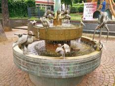 Der mit lebensgroßen und beweglichen Vogelfiguren geschmückte Vogelbrunnen am Franz-Xaver-Trips-Platz