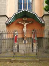 Kreuzigungsgruppe an der Kirche