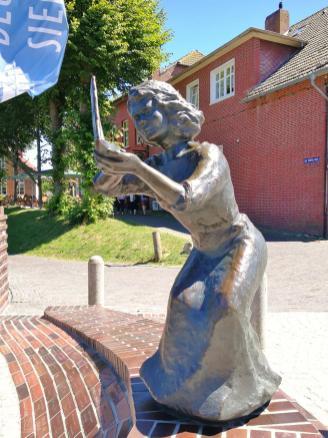"""Skulptur im Alten Hafen von Carolinensiel: als Symbol für den """"Cliner Wind"""""""