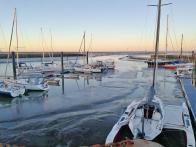 Es ist Ebbe: Boote im Hafen von Horumersiel