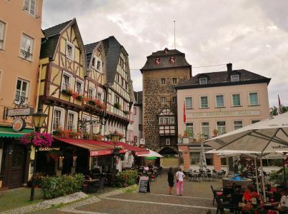 Burgplatz mit dem Pulverturm im Hintergrund