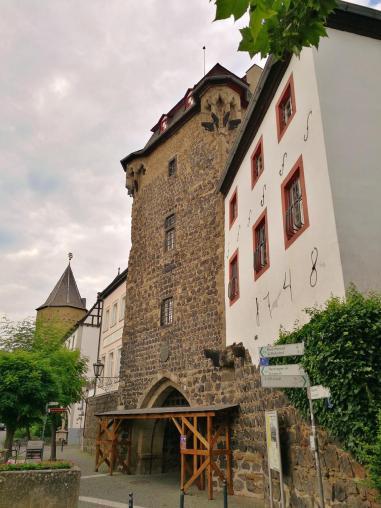 Der Pulverturm vom Rheinufer aus gesehen