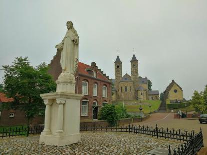 Auf dem Dorfplatz unterhalb der Basilika