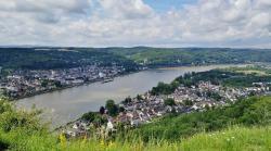 Auf der gegenüberliegenden Rheinseite in der Bildmitte: Die Appolinaris-Kirche von Remagen