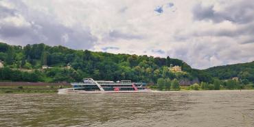 Auf dem Rheinuferweg bei Unkel. Ein Ausflugsschiff vor dem ehemaligen Anwesen von Thomas Gottschalk (rechts)