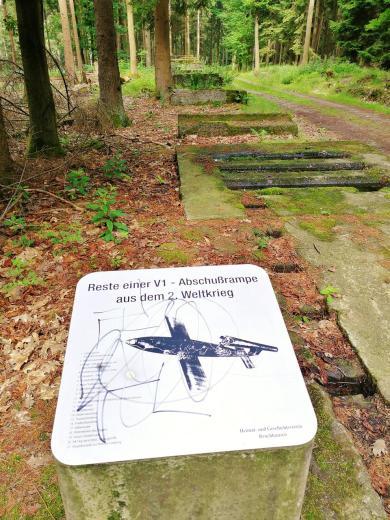 Reste einer V1-Abschussrampe im Wald