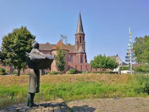 Die Wäscherin vor der kath. Pfarrkirche St. Bartholomäus in Isselburg