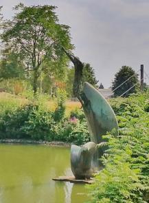 Skulptur eines Wasserspringers am Nordufer