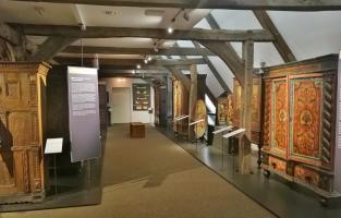 Dauerausstellung prächtiger bäuerlicher Möbel