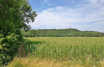 Der Eltenberg mit dem ehemaligen Reichsstift St Vitus - eine der wenigen Erhebungen in der flfachen Landschaft des Niederrheins