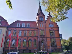 Noe-klassizistisches Gebäude, in dem heute die Sparkasse residiert