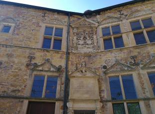 Details an der historischen Fassade - u.a. die Lebensmittelpreise aus den Jahren 1573/74