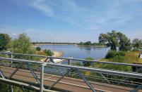 Fahrradbrücke über die Zufahrt vom Rhein in das Wassersportgebiet De Bijland