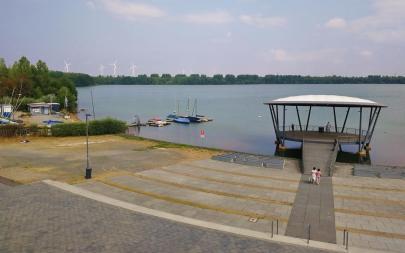 Promenade und Liegeplätze am See