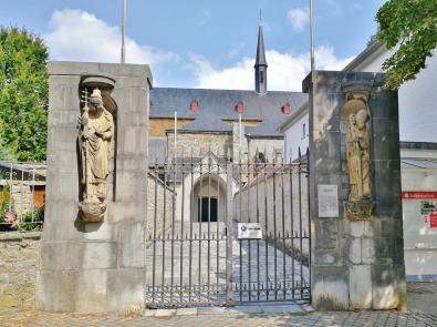 Zugang zur Abteikirche vom Ortszentrum
