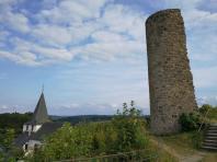 Rechts der verfallene Bergfried, links die Spitze der Kirche St. Johann Baptist
