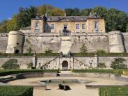 Frontalansicht auf das Schloss Neercanne aus dem Garten