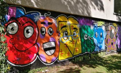 Hübsches Graffiti an einer Schule