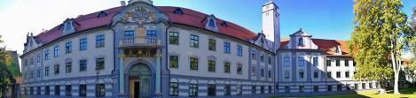 Panoramabild vom Fronhof hinter dem Dom, hier residiert die Regierung von Schwaben