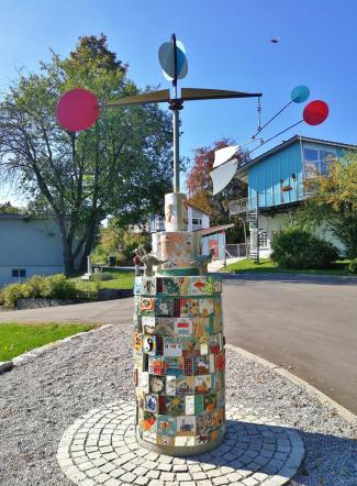 Skulptur am Eingang zum SOS-Kinderdorf