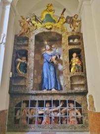 Heiligenfigur am Eingang zum Langhaus