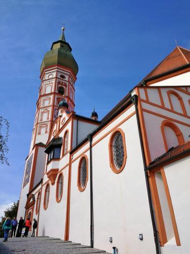 Seitenansicht auf die Wallfahrtskirche vom Hauptzugang