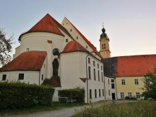 Innenhof auf der Westseite der Heilig-Keuz-Kirche auf der Ostseite