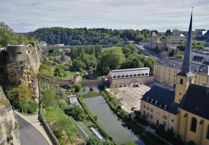 """Unterstadt """"Grund"""" an der Alzette, rechts die Eglise Saint-Jean"""