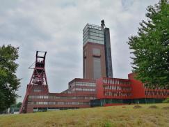 Die ehemalige Zeche Nordstern: Links der Förderturm von Schacht 1, rechts der Förderturm von Schacht 2 mit neuem Aufbau