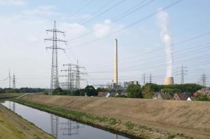 Kanäle, Häusersiedlungen vor qualmenden Schornsteinen, Stromtrassen: So stellt man sich das Ruhrgebiet vor
