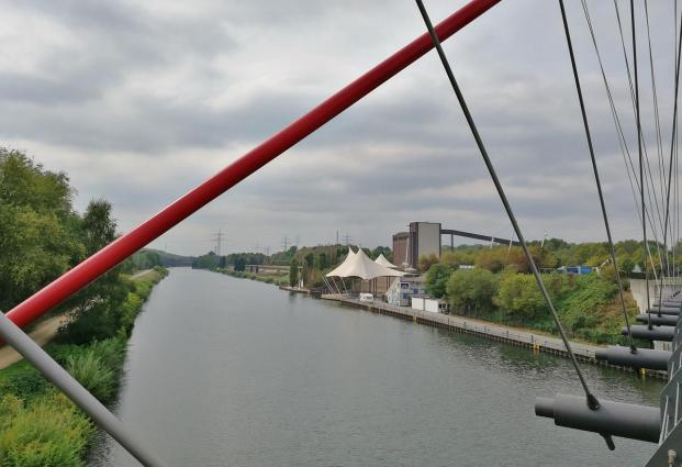 Blick von der Brücke auf den Rhein-Herne-Kanal mit dem Amphitheater am Nordsternpark