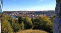 Blick vom Höhenzug hinunter nach Bad Tölz