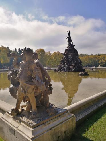 Einer der beiden großen eingerahmten Teiche im Schlossgarten