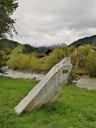 Laaser Marmor: Ausstellungsstück am Ufer der Partnach