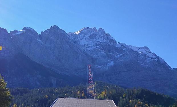 Blick hinauf von der Seilbahnstation am Eibsee zur Zugspitze
