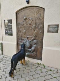Doxi nascht am Bierbrunnen, der an den Erlass des Deutschen Reinheitsgebots für Bier erinnert