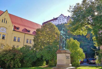 Blick von der Landshuter Altstadt hinauf zur Burg Trausnitz