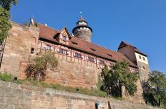 Blick von unterhalb der Burg hinauf zum Palas und zum Sinwellturm