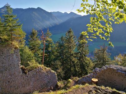 Die Ruine der Burg Hohenwaldeck über dem Südufer des Schliersees