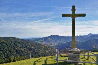 Kreuz an der Kreuzbergalm mit Blick auf den Schliersee