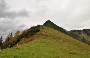 Im Hintergrund: Der Pyramidenförmige Gipfel des Brecherspitz