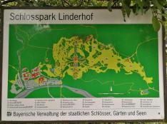 Das Schloss (Bildmitte) ist von einem großen Park umgeben