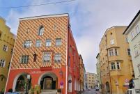 Bunte Häuser in der Schmidzeile gleich neben dem Brucktor