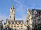 Blick vom Sint Baafsplein vor der Kathedrale zum Belfried und der Tuchhalle. Rechts das Nationaltheater Gent.