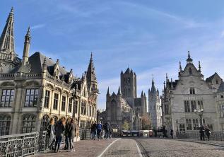 Blick von der Sint Michiaelsbrug zum Kornmarkt und der Sint Niklaskerk