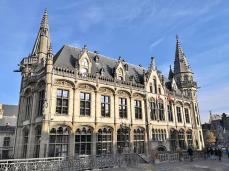 Seitenansicht auf das Alte Postamt von der Sint Michielsbrug