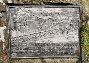 Erinnerungsplakette an den ehemaligen Bahnhof Forsbach
