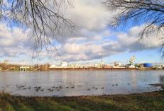 Industrieanlagen auf der gegenüberliegenden Rheinseite bei Lülsdorf