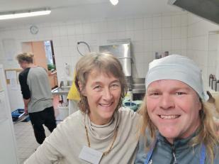 Beim Karma-Yoga in der Küche mit meiner netten Kollegin Jutta