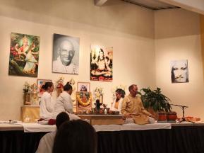 Zeremonie vor der spirituellen Namensweihe mit Sukadev und unseren Ausbilderinnen bei einer Puja